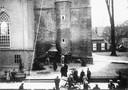 De kerkklokken van de Grote Kerk in Neede werden in 1943 door de Duitse bezetters gevorderd. Op deze foto is te zien hoe een van de klokken al vlak boven de grond hangt.