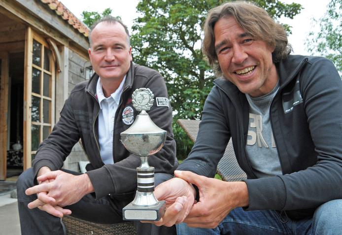 Guido van Boom (links) in 2011 samen met boezemvriend Ad de Rijke. In 1985 wonnen ze met Hoek de districtsbeker en kregen alle spelers een soort van replica. De Rijke had die bewaard.