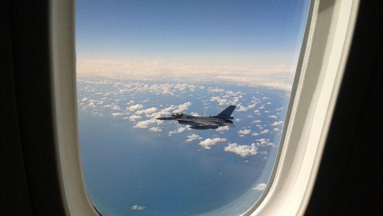 Een foto vanuit de Dreamliner met uitzicht op een F16 Beeld Herman Stil