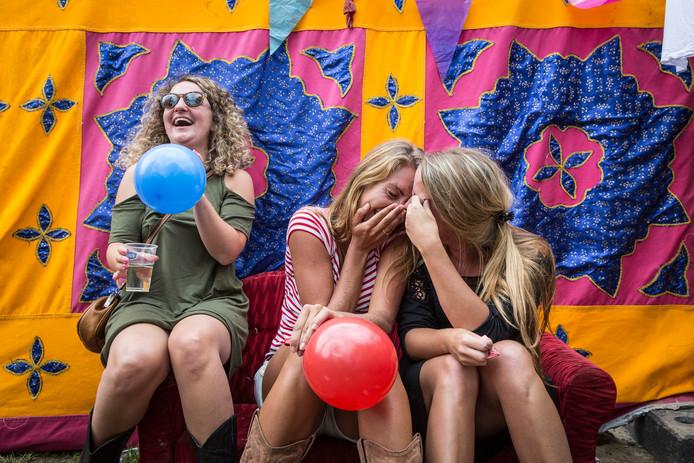 Plezier op een festival: een aantal gemeenten verbiedt het gebruik van 'pretballonnen' op evenementen. Een groepende groep gemeenten bant het gebruik van lachgas ook van straat.