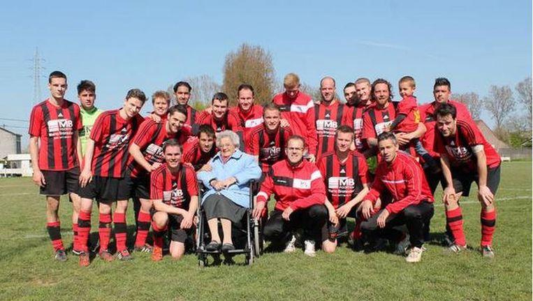 'Netteken' omringd door de spelers van haar favoriete ploeg, VK Borchtlombeek.