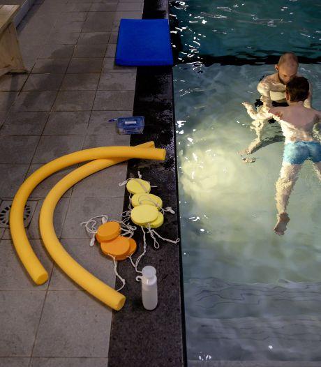 Wachtlijsten voor zwemles groeien in  coronacrisis: 'Het water staat ons tot boven de lippen'