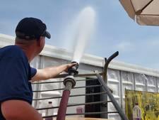 Brandweer koelt feesttent in Goor