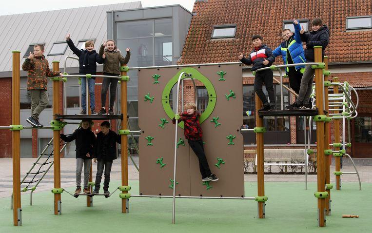 Op de nieuwe speelplaats zijn er speeltuigen, een zandbak, een basket- en voetbalveld en een podium.