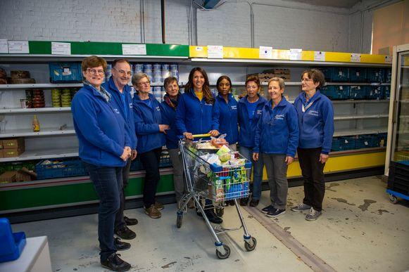 Sandra Bekkari met de vrijwilligers van de voedselbedeling.