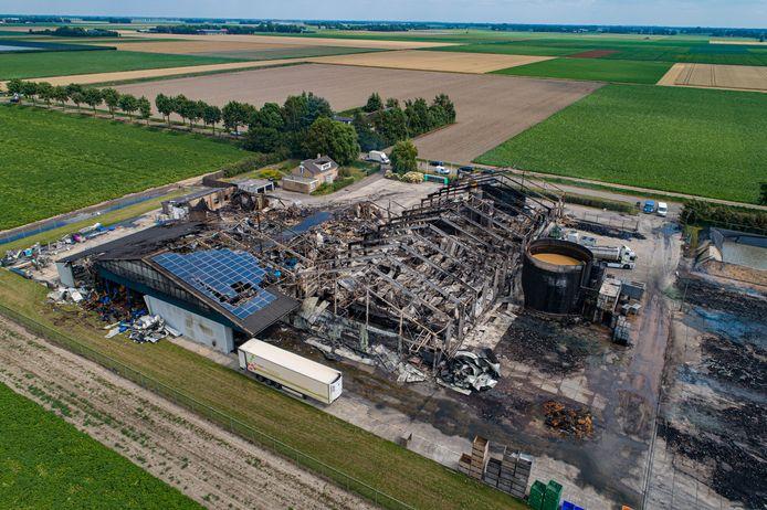 Vanaf boven is goed zichtbaar hoe verwoestend de brand bij VS Apple Industries dinsdagavond is geweest.