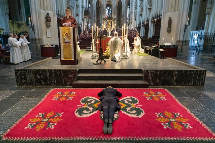 Bisschop Gerard de Korte heeft zondagmorgen onder grote belangstelling de 57-jarige Irene Ceelen tot maagd gewijd. Ceelen is daarmee de vijfde gewijde maagd die de Nederlandse kerkprovincie telt.