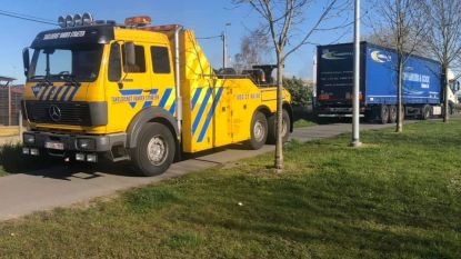 Vrachtwagenbestuurder rijdt zich vast op jaagpad aan VPK