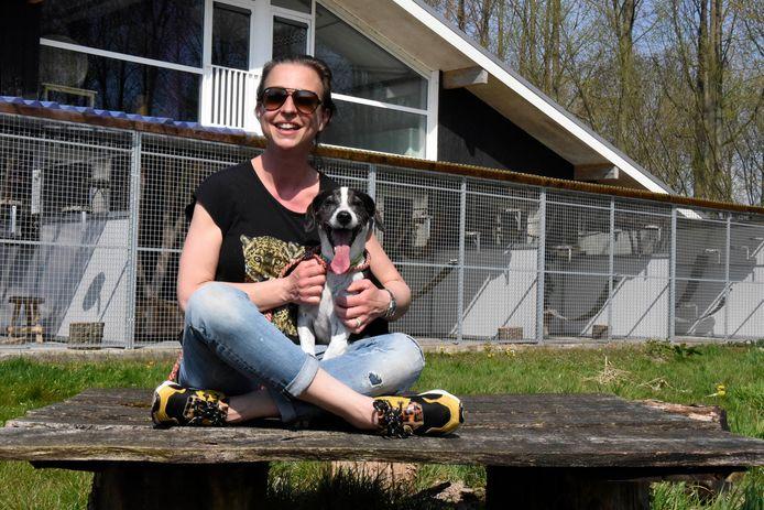 Ivon Mourik van dierenasiel Reierscop in Harmelen met hond Mia.