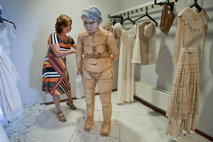 Inge van Rijsbergen bij een van haar kunstwerken. Ze wint de Cultuurprijs Moerdijk 2017. Dat is vrijdagavond bekendgemaakt door Stichting Cultuur Moerdijk.