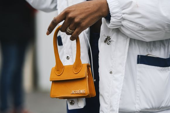De microtas van Jacquemus is een hit in de modewereld.