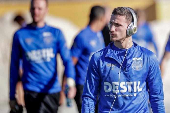 Donis Avdijaj met koptelefoon tijdens het trainingskamp van Willem II in Spanje.