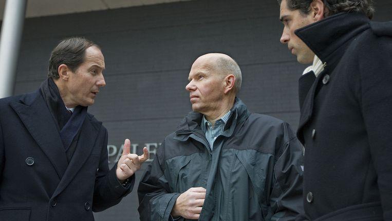 Ernest Louwes (M) in gesprek met zijn advocaat Geert Jan Knoops (L) en zijn juridisch medewerker mr. P.B.A Acda. (Archieffoto 2008) Beeld anp