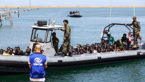 Deze migranten konden vandaag wél gered worden door de Libische kustwacht. Voor een andere vluchtelingenboot in nood waren niet genoeg middelen voorhanden.