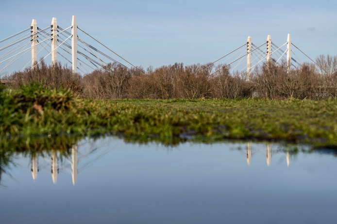 De Tacitusbrug bij Ewijk, waarover de snelweg A50 loopt.