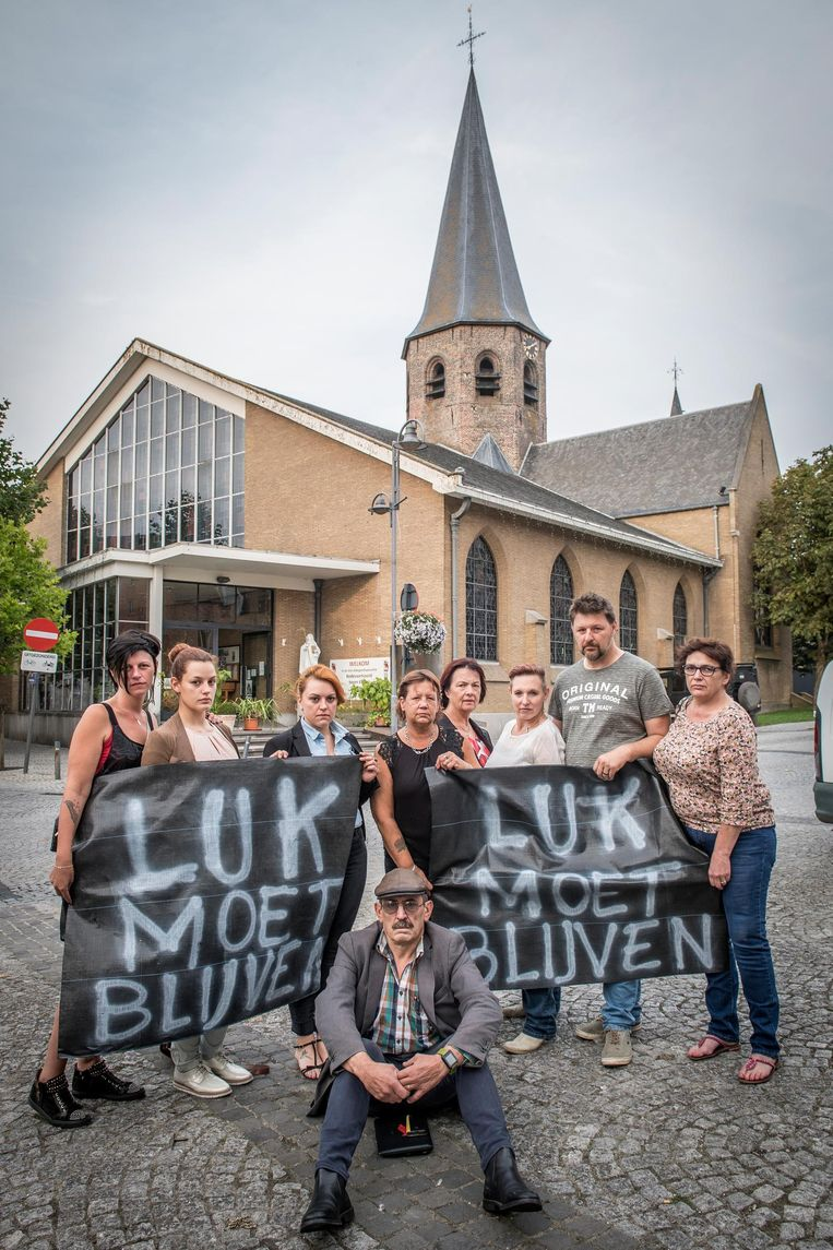 Het actiecomité rond Philippe Vandemoortele (vooraan), de koster die zijn ontslag indiende naar aanleiding van de verwijdering van pastoor Luk Brutin.