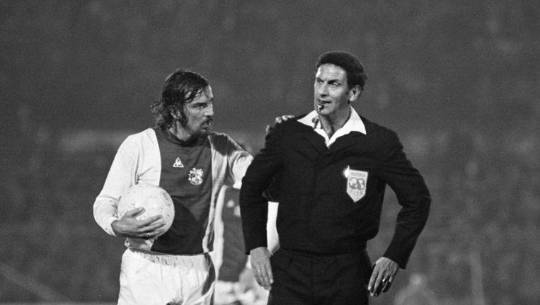Ajax - Feijenoord, op de foto scheidsrechter Leo van de Kroft met René Notten Beeld Hans Heus