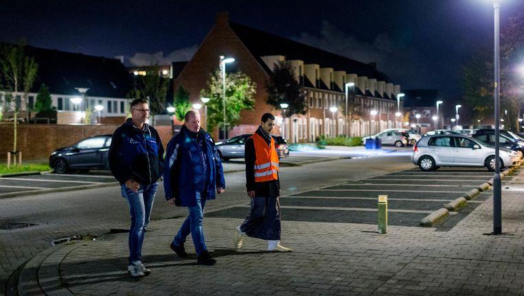 V.l.n.r. burgerwachten lopen hun ronde door de wijk in Maassluis. Beeld Jiri Buller