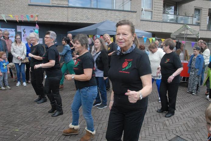 De Red Roses Line Dancers luisterden het buurtfeest op met een optreden.