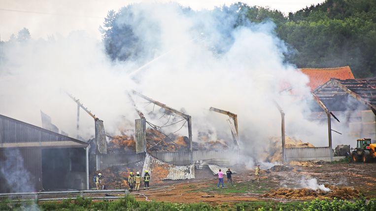 Een overzichtsbeeld van de ravage die de brand veroorzaakte. De loods werd helemaal verwoest door de vlammen.
