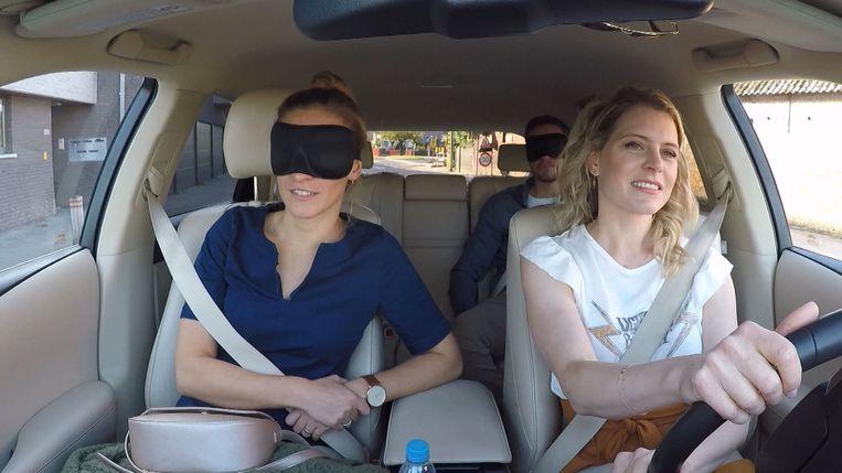 Roxane en Anton geblinddoekt onderweg naar hun nieuwe huis met Dina Tersago.
