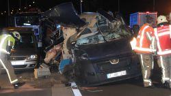 Bestelwagen botst tegen geparkeerde vrachtwagen: dode en zwaargewonde