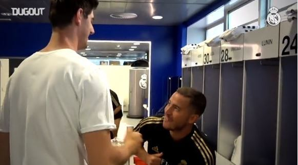 Courtois groet Hazard op het Madrileense oefencomplex Valdebebas.