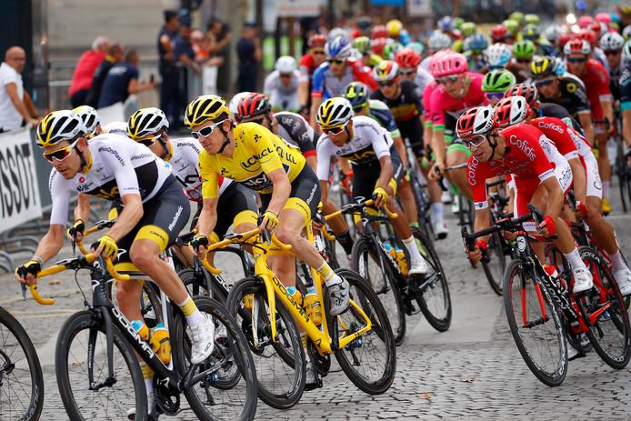 Beeld van de slotetappe van de Tour de France.