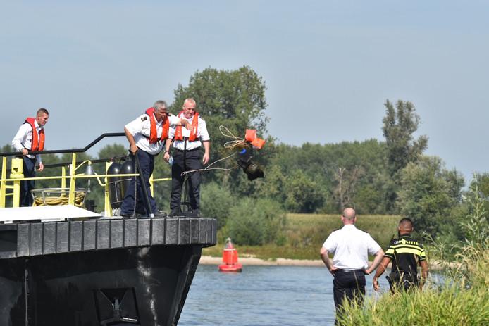 Rijkswaterstaat haalt verdachte zwembandjes uit Waal bij Brakel