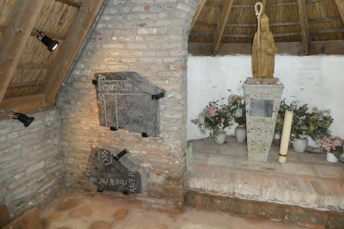 Stukken van oude grafzerken uit de zestiende eeuw staan nu in de kapel op begraafplaats De Hogert in Gemonde.