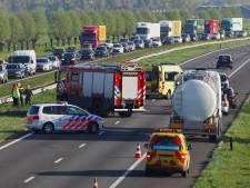 Politie slingert filmende 'rampautomobilisten' op de bon op A50 bij Herpen