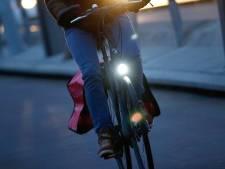 Hagenaar wijst fietser op belang van licht: 'Zet je licht aan'