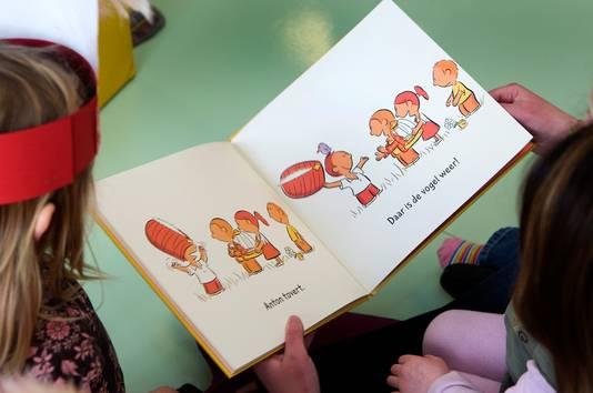 Door al vroeg te beginnen met het lezen van prentenboeken leren kinderen taal begrijpen en letters en zinnen herkennen.
