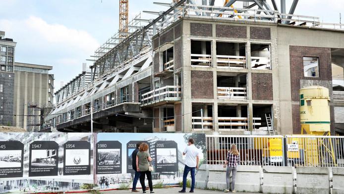 De bouw van de nieuwe staalconstructie, ter ondersteuning van het appartementencomplex, is vergevorderd.
