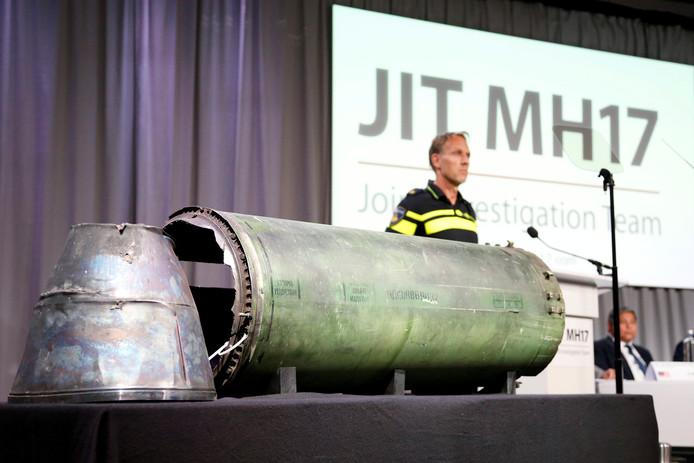 Een deel van de BUK-raket waarmee MH17 werd neergehaald, op een persconferentie van het onderzoeksteam vorige week.