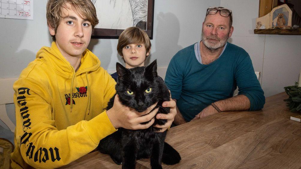 Sam (16) doet bijzondere ontdekking tijdens stage in dierenasiel: 'Ik dacht dat hij dood was'