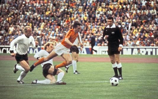 Johan Cruijff soleert in de WK-finale van 1974 door de Duitse defensie en wordt neergelegd: strafschop Nederland. © ANP