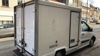 Ramen, deuren en wagens beklad met rode verf