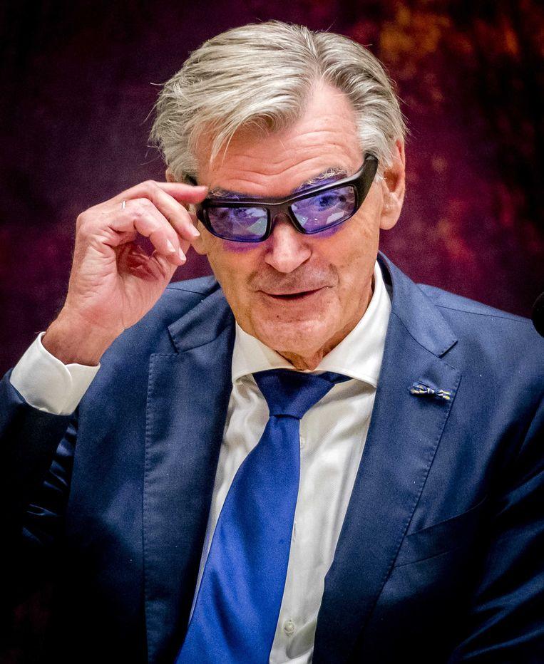50Plus-Kamerlid Martin van Rooijen met een lichttherapiebril tijdens zijn filibuster-actie. Beeld anp