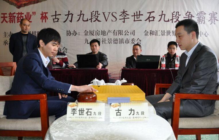 Gu Li (rechts) speelt tegen de Koreaanse Lee Sedol in 2013, destijds nog zijn grootste rivaal. Beeld Rechtenvrij