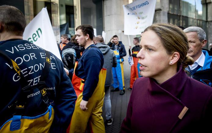 Zo'n tweehonderd pulsvissers en hun familieleden kwamen dinsdag naar de Tweede Kamer om te demonstreren tegen het aanstaande pulsvisverbod.  Minister Schouten van Landbouw (rechts) hoorde de boze vissers aan
