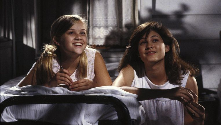 Reese Witherspoon (links) en Emily Warfield in The Man in the Moon. Beeld