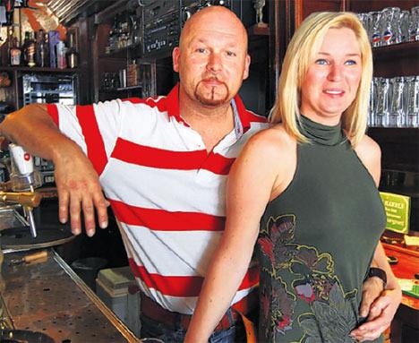 Marco Kroon en zijn vriendin in hun café.