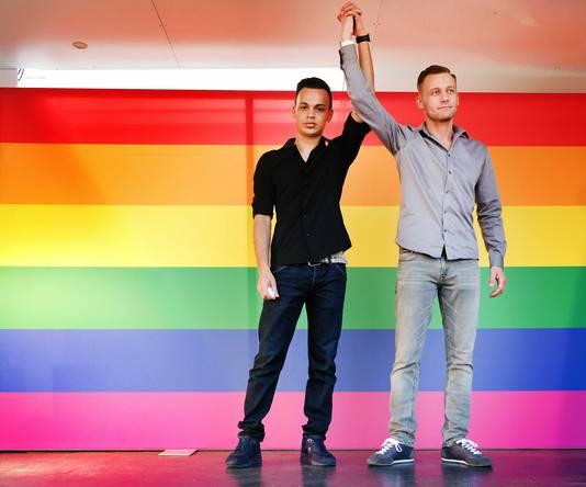Jasper en Ronnie tijdens een demonstratie tegen homogeweld die volgde op de mishandeling in Arnhem.