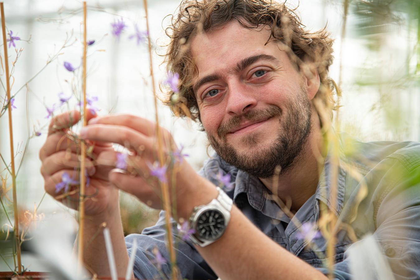 Nils van Rooijen runt Het Levend Archief in kas van Proeftuin van de Radboud Universiteit.