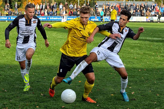 Nikai Derwort en Aimen Hadjaissa van Dosko proberen de balvaste Halsteren-aanvoerder Rik Schouw de bal af te nemen.