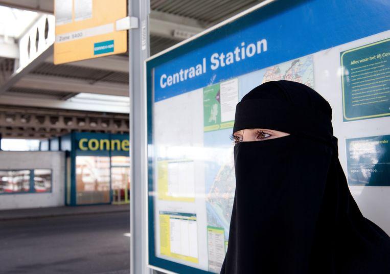 Moslima met nikab (geen boerka) bij bushalte. Beeld ANP