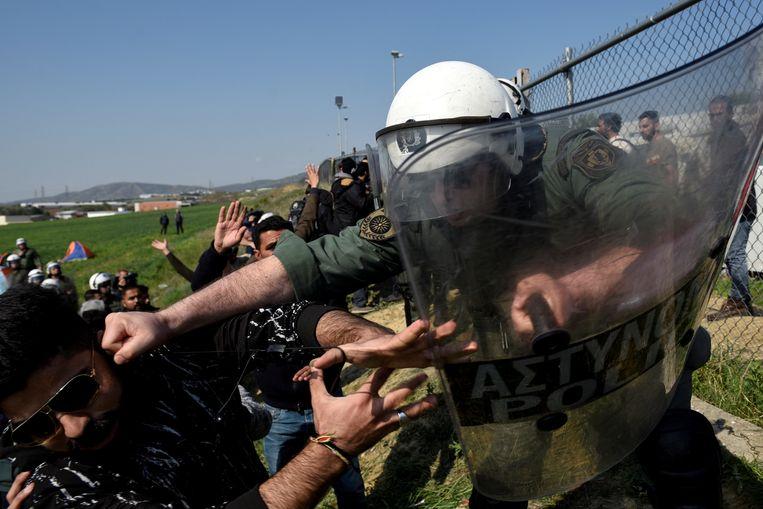 Rellen tussen migranten en politietroepen even buiten het vluchtelingenkamp nabij Diavata.  Beeld Reuters