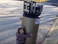 Meisje ziet afval aan voor robot