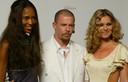 Naomi Campbell en Kate Moss met de inmiddels overleden ontwerper Alexander McQueen.